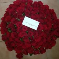 Krásná kytice rudých růží s věnováním