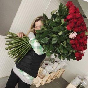 Velká kytice 100 růží - to už je nebezpečná kytice